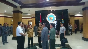 Presiden Jokowi berdiskusi dengan Kapolri, Kepala Staf Kepresidenan, Mensesneg, dan Kepala BIN, di kantor BIN, Selasa (13/1) siang