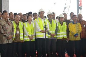 Presiden Jokowi memberikan saat meresmikan groundbreaking 7 proyek, di kawasan industri Sei Mangkang, Sumut, Selasa (8/1)