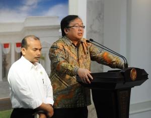 Menkeu Bambang Brodjonegoro didampingi Menteri PPN/Kepala Bappenas Andrinov Chaniago menjelaskan hasil sidang kabinet paripurna, di kantor Presiden, Jakarta, Senin (19/1)