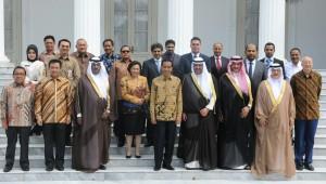 Presiden Jokowi berfoto bersama delegasi OCA yang dipimpin Sheikh Ahmad al Fahal al Sabah, di depan Istana Merdeka, Jakarta, Rabu (7/1)