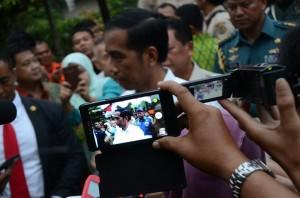 Presiden Jokowi menjawab wartawan seusai meresmikan Masjir Raya Mujahidin, di Pontianak, Kalbar, Selasa (20/1)