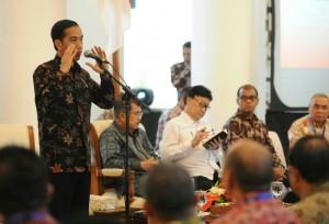 Presiden Jokowi memberikan arahan pada para Bupati/Walikota se Sumatera, di Istana Bogor, Jabar, Rabu (22/1)