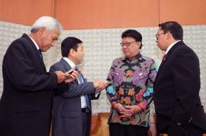 Ketua DPR Setya Novanto didamping Wakil Agus Hermanto dan Fadli Zon berbincang dengan Mendagri Tjahjo Kumolo, setelah pengesahan Perppu Pilkada menjadi UU, di DPR-RI, Selasa (20/1)
