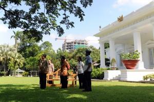 Presiden Jokowi menjawab wartawan mengenai masalah Kapolri, di halaman belakang Istana Negara, Jakarta, Jumat (16/1)