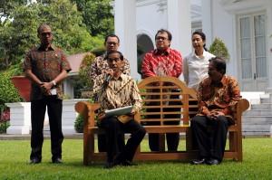Presiden Jokowi didampingi sejumlah menteri saat mengumumkan harga baru BBM, di halaman belakang Istana, Jumat (16/1)