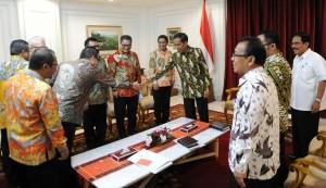 Presiden Jokowi menerima direksi BPJS Ketenagakerjaan dipimpin Dirutnya Elvyn G. Masassya, di kantor Presiden, Jakarta, Kamis (8/1)