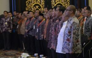 Presiden Jokowi didampingi Gubernur Jabar Ahmad Heryawan, Seskab Andi Wijayanto, dan pengurus HIPMI, dalam Munas HIPMI, di Bandung, Senin (12/1)
