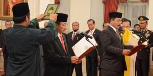 I Dewa Gede Palguna dan Suhartoyo diambil sumpah dan janjinya oleh Presiden Jokowi sebagai Hakim Konstitudi, di Istana Negara, Jakarta, Rabu (7/1)