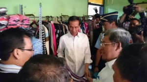 Presiden Jokowi mengunjungi Pusat Industri Rajut, di Bandung, Jabar, Senin (12/1)