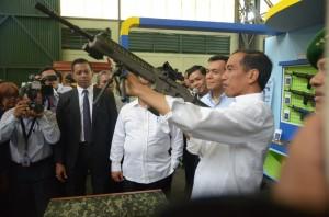 Presiden Jokowi mencoba salah satu senjata produksi PT Pindad, Bandung, Senin (12/1)