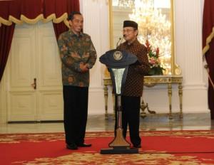 Mantan Presiden BJ. Habibie memberikan keterangan pers didampingi Presiden Jokowi, seusai bertemu di Istana Negara, Jakarta, Kamis (29/1)
