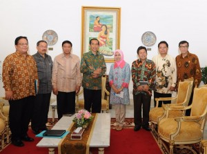 Presiden Jokowi berfoto bersama dengan Komisioner Kompolnas, seusai bertemu di Istana Merdeka, Jakarta, Kamis (29/1) sore