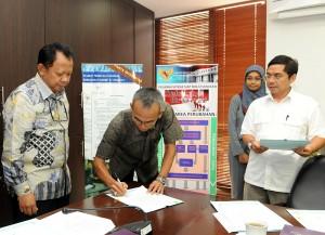 Deputi Administrasi Seskab Djadmiko menyaksikan penandatanganan Pakta Integritas PPK oleh Wasit Saronto disaksikan Karo Renkeu Seskab M. Amperawan, di Gedung Seskab, Jakarta, Kamis (15/1)