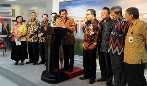 Pengurus ISEI menyampaikan keterangan kepada pers seusai diterima Presiden Jokowi, di kantor Presiden, Jakarta, Selasa (6/1)