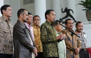 Presiden Jokowi didampingi Ketua KPK dan Wakapolri menggelar pertemuan pers, di Istana Bogor, Jabar, Jumat (23/1)