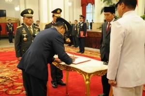 Presiden Jokowi menyaksikan penandatangan berita acara pelantikan Marsdya Agus Supariatna sebagai KSAU, di Istana Negara, Jakarta, Jumat (2/1)