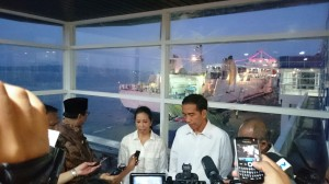 Presiden Jokowi didampingi Menteri BUMN Rini Soemarno memberikan keterangan, di Terminal Penumpang Pelabuhan Tj. Perak, Surabaya, Sabtu (10/1)