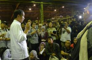 Presiden Jokowi menjawab wartawan soal pembentukan Badan Ekonomi Kreatif, di Bandung, Senin (12/1) malam