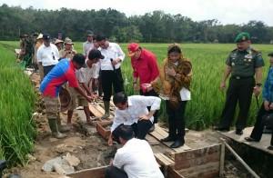 Presiden Jokowi didampingi Ibu Negara Iriana meletakkan batu pertama pembangunan irigasi tersier, di Kabupaten Landak, Kalbar, Selasa (20/1)