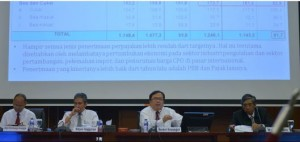 Menkeu Bambang Brodjonegoro didampingi para pejabat Kemenkeu menyampaikan realisasi APBNP 2014, di Jakarta, Senin (5/1)