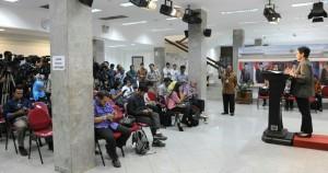 Menlu Retno Marsudi memberikan keterangan pers terkait penyelenggaraan peringatan KTT Asia Afrika ke-60, di kantor Presiden, Jakarta, Jumat (9/1)