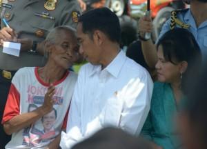 Didampingi Ibu Negara, Presiden Jokowi berdialog dengan seorang nenak, saat mengunjungi Kabupaten Ngawi, Jatim, Sabtu (31/1)