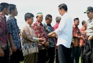 Presiden Jokowi menyerahkan sumbangan ratusa traktor kepada para petani, di Desa Keraswetan, Kecamatan Geneng, Kabupaten Ngawi, Jatim, Sabtu (31/1).