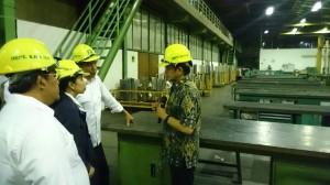 Presiden Jokowi didampingi Menteri BUMN Rini Soemarno mendegarkan penjelasan Dirut PT DI, saat berkunjung ke perusahaan itu, Senin (12/1)