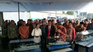 Presiden Jokowi didampingi Menteri BUMN dan Menteri Pertahanan mendengarkan penjelasan dari Dirut PT PAL Indonesia, di Surabaya, Sabtu (10/1)