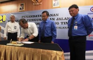 Kepala BPJT Kementerian PU Achmad Ghani Ghazaly dan  Direktur PT Jasa Marga Kualanamu Tol Agus Suharyanto menandatangani perjanjian Pengusahaan Jalan Tol Medan – Kualanamu – Tebing Tinggi, Senin (5/1)