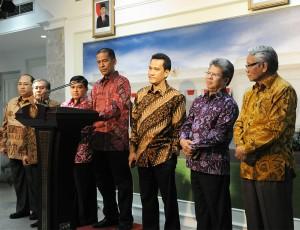 Ketua Pansel Hakim MK Saldi Isra didampingi anggota Pansel menyampaikan keterangan pers, seusai diterima Presiden Jokowi, di kantor Presiden, Senin (5/1)