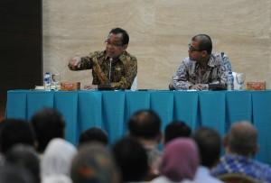 Mensesneg Pratikno didampingi Seskab Andi Wijayanto memberikan arahan pada Rakor Kemensetneg - Setkab, di Gedung III Kemensetneg, Jakarta, Senin (5/1)