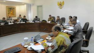 Presiden Jokowi didampingi Wapres Jusuf Kalla memimpin rapat terbatas membahas masalah desa, di kantor Presiden, Jakarta, Selasa (13/1)