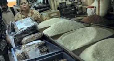 Seorang pedagang beras menjaga tokonya,  di Pasar Senen, Jakarta, Rabu  (22/7).