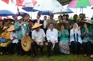 Presiden Jokowi didampingi Ibu Negara Iriana dan Gubernur Jateng Ganjar Pranowo saat berkunjung ke Desa Sonorejo, Kabupaten  Sukoharjo, Jateng, Sabtu (31/1)