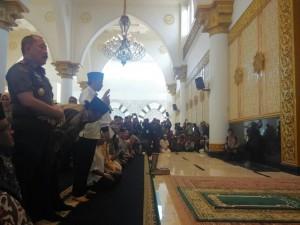 Presiden Jokowi menunaikan sholat Tahiyatul Masjid seusai meresmikan Masjid Raya Mujahidin, di Pontianak, Kalbar, Selasa (20/1)