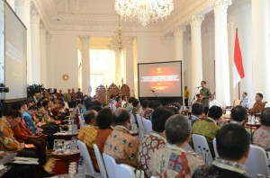 Presiden Jokowi memberikan arahan pada pertemuan dengan Bupati/Walikota se Indonesia Timur, di Istana Bogor, Jabar, Kamis (29/1)