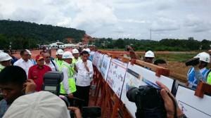 Presiden Jokowi serius mendengarkan penjelasan mengenai proyek pembangunan Jembatan Tayan dan Trans Kalimantan, di Sanggau, Kalbar, Rabu (21/1)