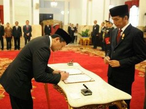 Presiden Jokowi menyaksikan Triawan Munaf menandatangani berita acara pelantikan Kepala Badan Ekonomi Kreatif, di Istana Negara, Senin (26/1)