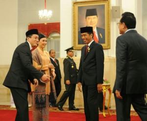 Presiden Jokowi memberi ucapan Kepala Badan Ekonomi Kreatif, Triawan Munaf, mendapat ucapan selamat dari Presiden Jokowi, seusai pelantikandi Istana Negara, Senin (26/1)