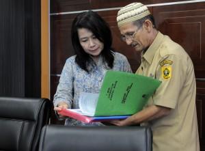 Staf Khusus Seskab Jaleswari Pramodhawardani menerima dokumen dari wakil warga Desa Sukamulya, Kecamatan Rumpin, Parung, Bogor, Jawa Barat, di kantornya, Rabu (21/1)