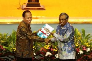Menteri Riset, Teknologi, dan Pendidikan Tinggi Prof. M. Nasir saat menerima penyerahan jabatan dari menteri sebelumnya M. Hatta, di Jakarta, 28 Oktober 2014