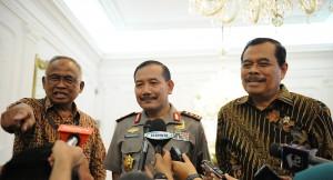 Plt. Ketua KPK Taufiqurrahman Ruki, Wakapolri Komjen Badrodin Haiti, dan Jaksa Agung HM. Prasetyo, menjawab wartawan soal sinergi di antara ketiga lembaga yang mereka pimpin, di Istana Merdeka, Jakarta, Rabu (25/2)
