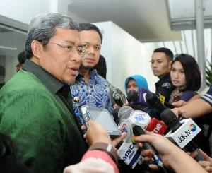Gubernur Jabar Ahmad Heryawan dan Walikota Bogor Bima Arya menjawab wartawan seusai rapat terbatas, di kantor Presiden, Jakarta, Rabu (11/2) sore