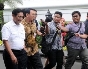 Guberur DKI Jakarta Basuki Tjahaja Purnama menjawab pers, seusai mengikuti rapat terbatas tentang banjir di Jakarta, di kantor Presiden, Jakarta, Rabu (11/2)