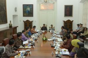 Presiden Jokowi menerima pimpinan lembaga yang memiliki dana besar, di Istana Bogor, Jabar, Senin (16/2)
