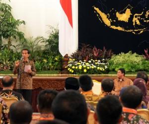 Presiden Jokowi memberikan arahan saat menerima pimpinan dan anggota Bawaslu se Indonesia, di Istana Negara, Jakarta, Selasa (24/2)