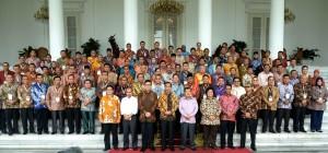 Presiden Jokowi dan Wapres Jusuf Kalla berfoto bersama 98 walikota seluruh Indonesia, seusai bertemu di Istana Bogor, Jabar, Jumat (20/2)