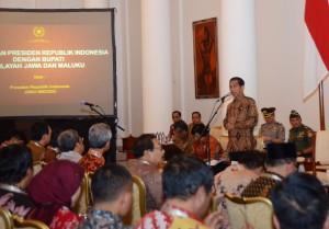 Presiden Jokowi memberikan arahan dalam pertemuan dengan Bupati/Walikota se Jawa dan Maluku, di Istana Bogor, Jabar, Jumat (13/2)