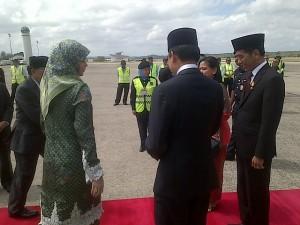 Presiden Jokowi dan Ibu Negara Iriana disambut oleh Pangeran Muda Putra Mahkota Al Mutadibilla beserta istri, saat tiba di Brunei Darussalam, Sabtu (7/2) siang